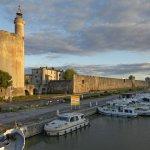 Hausboot auf dem Canal du Rhône à Séte, Hafen an der Stadtmauer, Abendstimmung