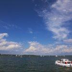 Europa , Polen , Ostpreussen , Masuren , Masurische Seenplatte , Hausboot und Segelboote auf dem Dargainen-See