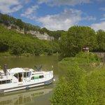 Hausboot auf dem Wasserweg Doubs-Rhein-Rhône-Kanal bei Schleuse 40 Baumerousse , PK 107 , Dept. Doubs , Region Franche-Comté , Frankreich , Europa / Houseboat  in the <Doubs-Rhine-Rhône-channel> at Lock 40 Baumerousse , PK 107 , Dept. Doubs , Region Franche-Comté , France , Europe