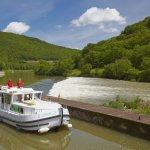 Hausboot auf dem Wasserweg Doubs-Rhein-Rhône-Kanal bei Schleuse 44 Laissey , PK 97 , Dept. Doubs , Region Franche-Comté , Frankreich , Europa / Houseboat  in the <Doubs-Rhine-Rhône-channel> at Lock 44 Laissey , PK 97 , Dept. Doubs , Region Franche-Comté , France , Europe