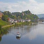 Blick auf Saarburg mit Saar und Hausboot , Rheinland-Pfalz , Deurtschland , Europa / Viwe at  Saarburg with Saar and houseboat , Rhineland-Palatinate , Germany , Europe