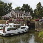 """Departement Morbihan, Hausboot auf dem Oust (hier: Le Canal de Nantes à Brest), Schleuse 21 """"Le Gueslin"""""""